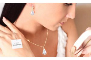 Bild von Ah! Jewellery Halskette und/oder Ohrringe verziert mit Kristallen von Swarovski® in Tropfenform, einzeln oder im Set